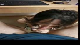本土自拍,A片,AV,成人影片,女友洗完澡突然一絲不掛跪在電腦桌下幫我吸屌